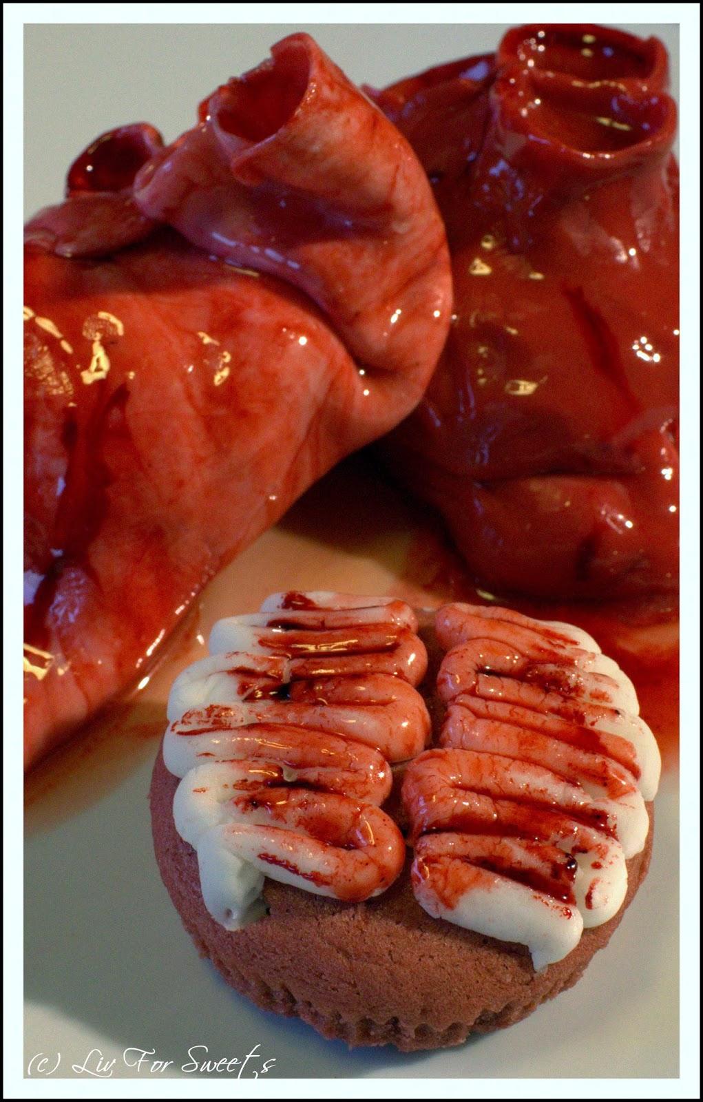 Blutige Herzen, Red Velvet Cupcakes überzogen mit rotem Fondant und rotem Piping Gel, Pupcake mit Hirnwindungen aus weißem Fondant, Halloween, Rezept, Thermomix