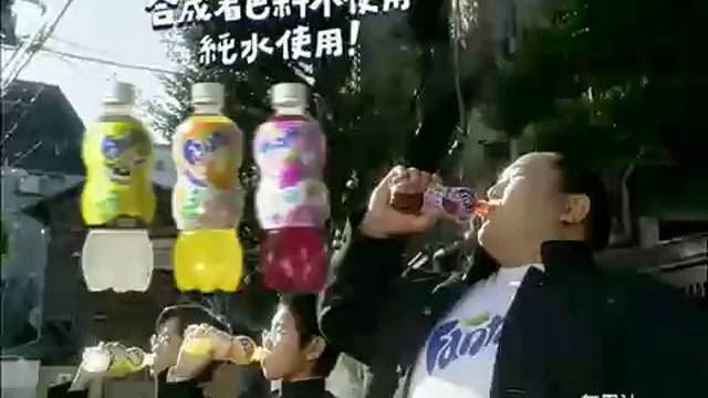 Publicité de jus avec lutteur sumo en couche