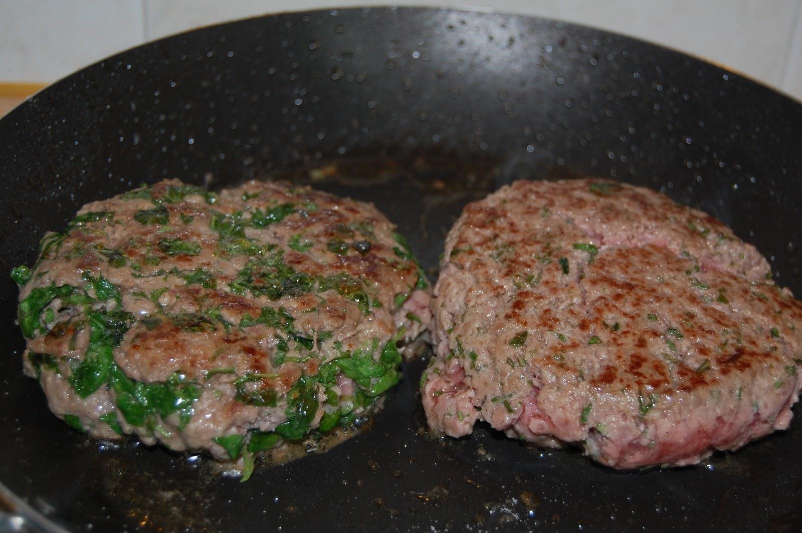 5 mettere gli hamburger in padella e lasciare cuocere a piacimento