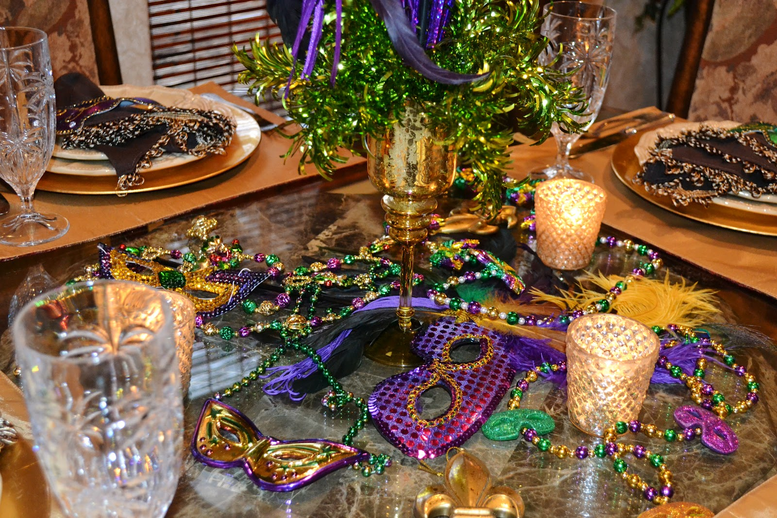 Southern charm mardi gras tablescape for Decoration table