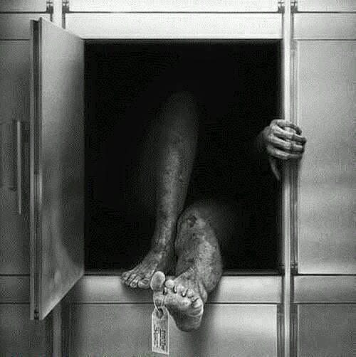 Imagen terrorífica de un cadaver reanimado dentro de la fosa de una cava.