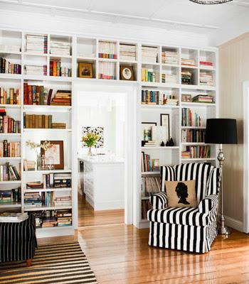 cadeira com tecido preto e branco de listras