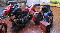 Moto/triciclo adaptada feita por Cadeirante