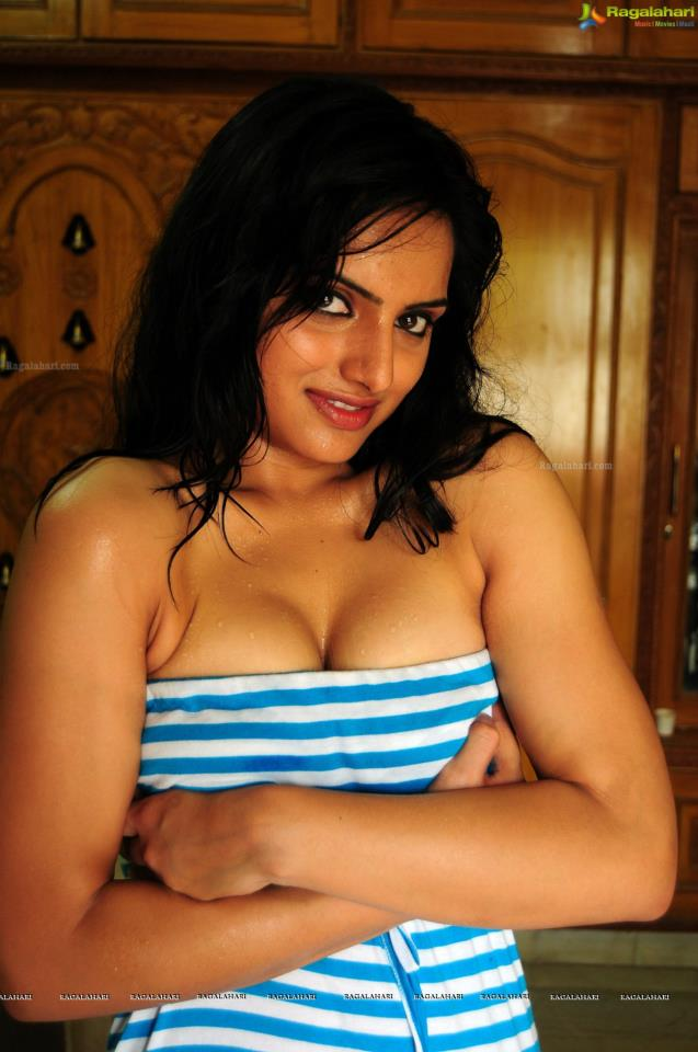 Ritu Kaur wet towel pics