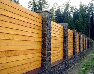 Деревянный забор с каменными столбами. Фото 10