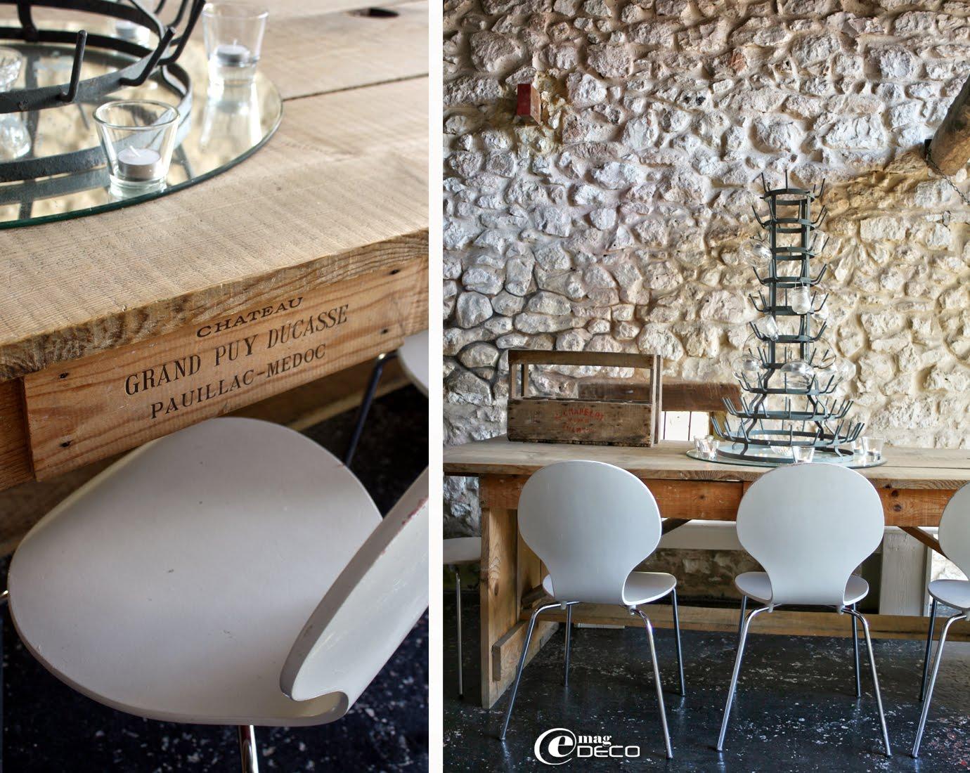 Les tables en bois brut au restaurant du Camping Les Ormes, entourées de chaises Siplec chez Ikea