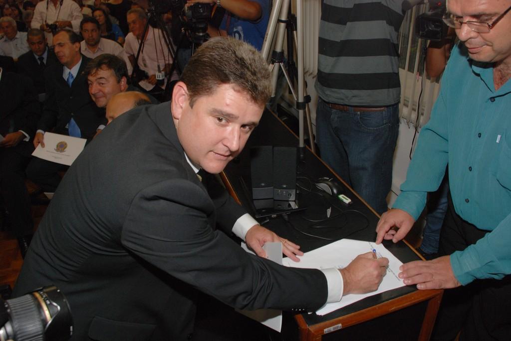 Prefeito eleito Arlei assina a diplomação