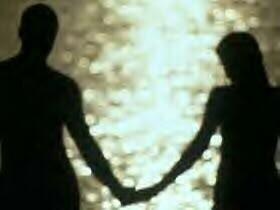 نصائح لكى تتمتعى بحب دائم بينك وبين حبيبك او زوجك - رجل يمسك يد حبيبته فى الغروب - man-and-woman-in-love