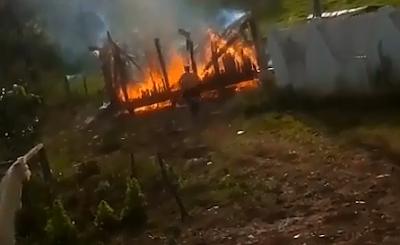 Motociclista se estrella contra una Casa en Llamas