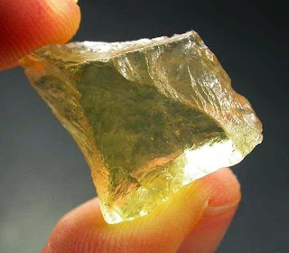 Batu Kaca Misterius Ditemukan di Gurun Libya