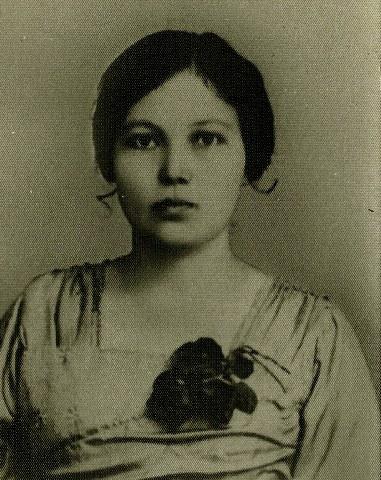 Neneknya Ibuku Marissa Haque, (alm) Charlotte Louis Poittier asal Perancis-Belanda, saat Muda