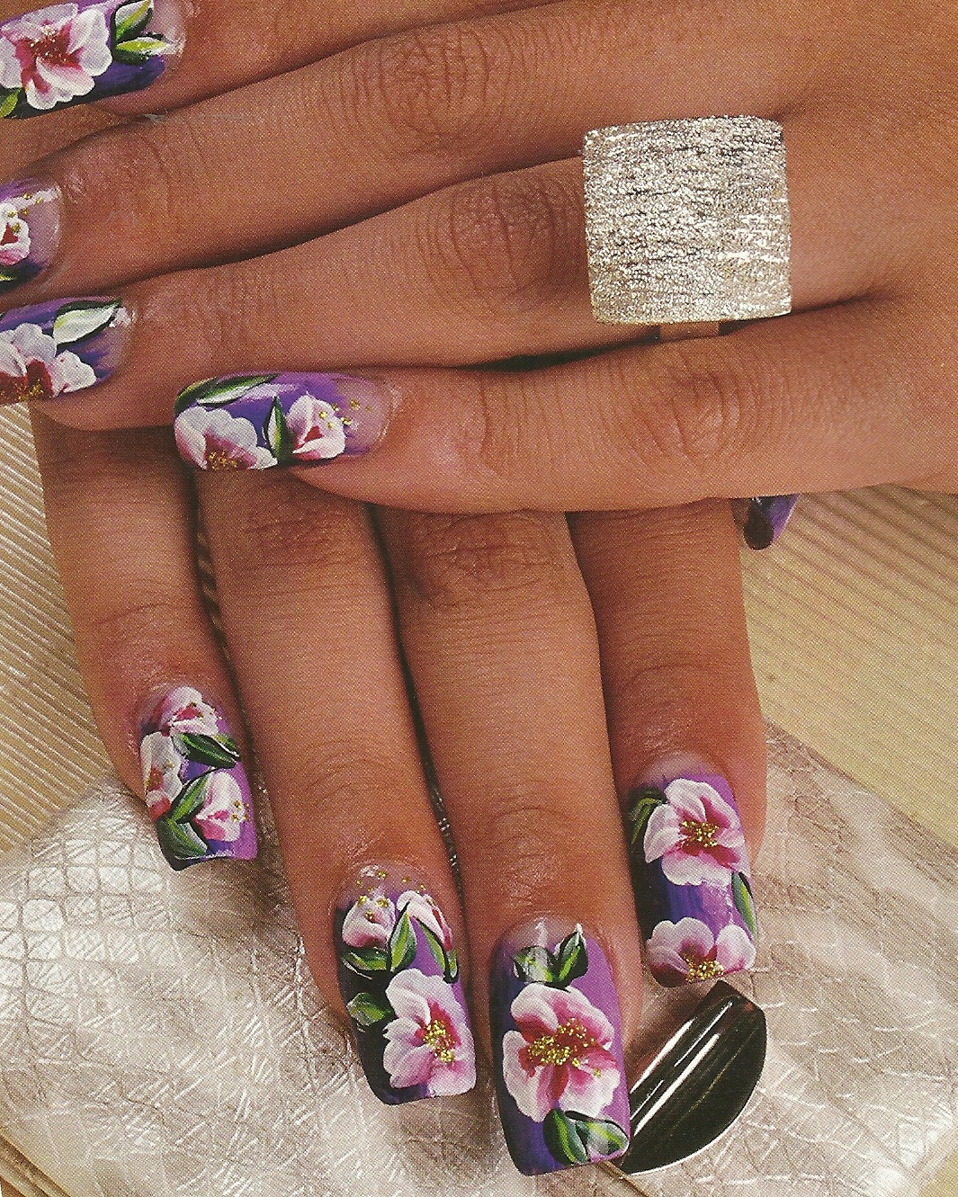 Todo sobre manos y pies dise o de u as color lila con flores for Diseno sobre