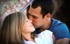 إعجاب المرأة بالرجل وانجذابها الجنسي إليه يحميان صحته - رجل يقبل يبوس حبيبته امرأة زوجته فتاة - man kissing woman