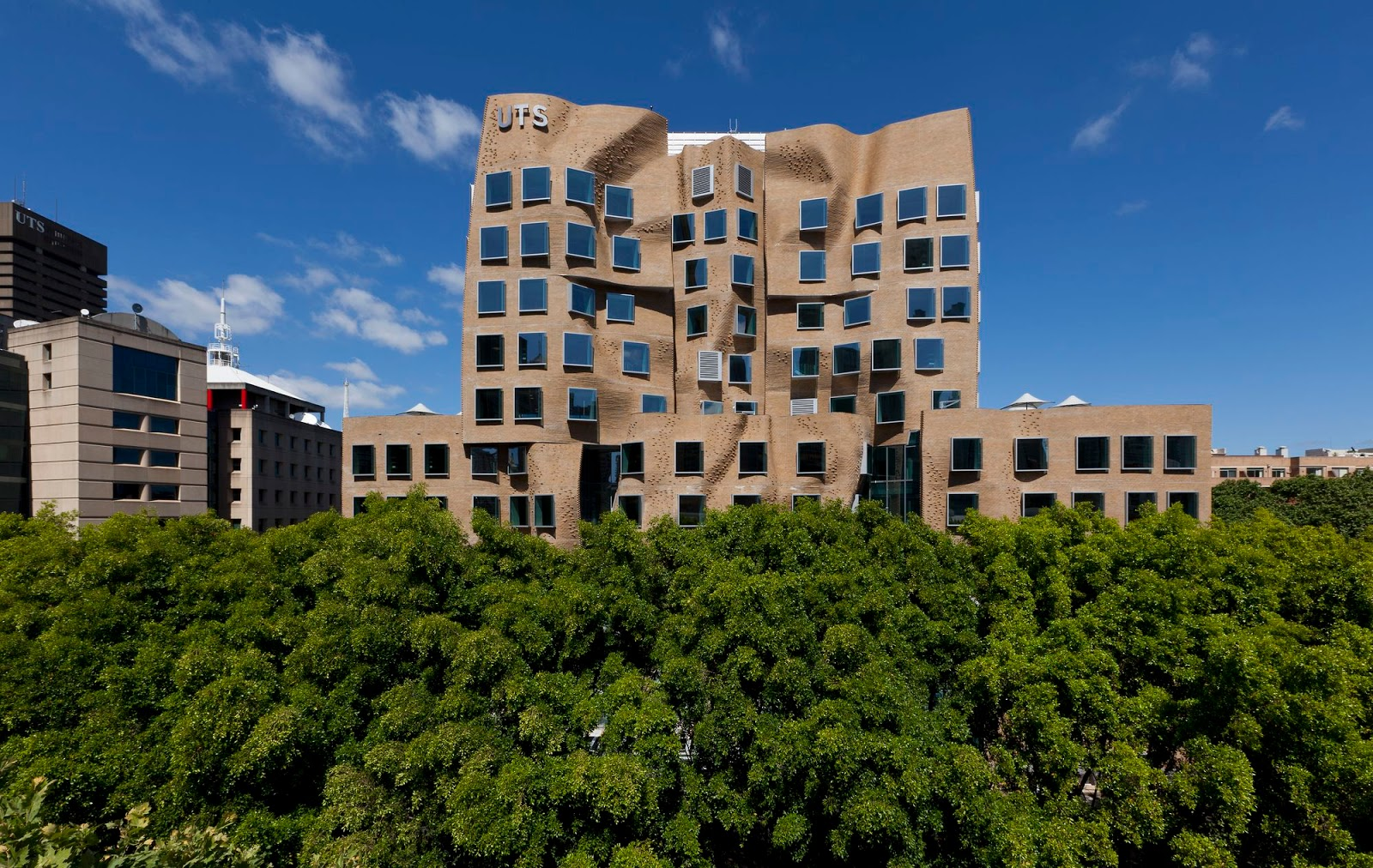 frank gehry architects a f a s i a the dr chau chak wing building is the first building in australia designed by frank gehry one of the world s most influential architects