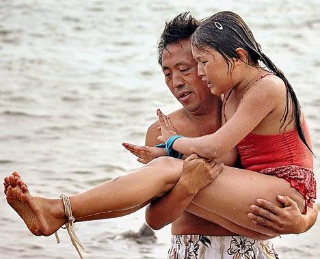 Berenang dengan Kaki dan Tangan Terikat Tali