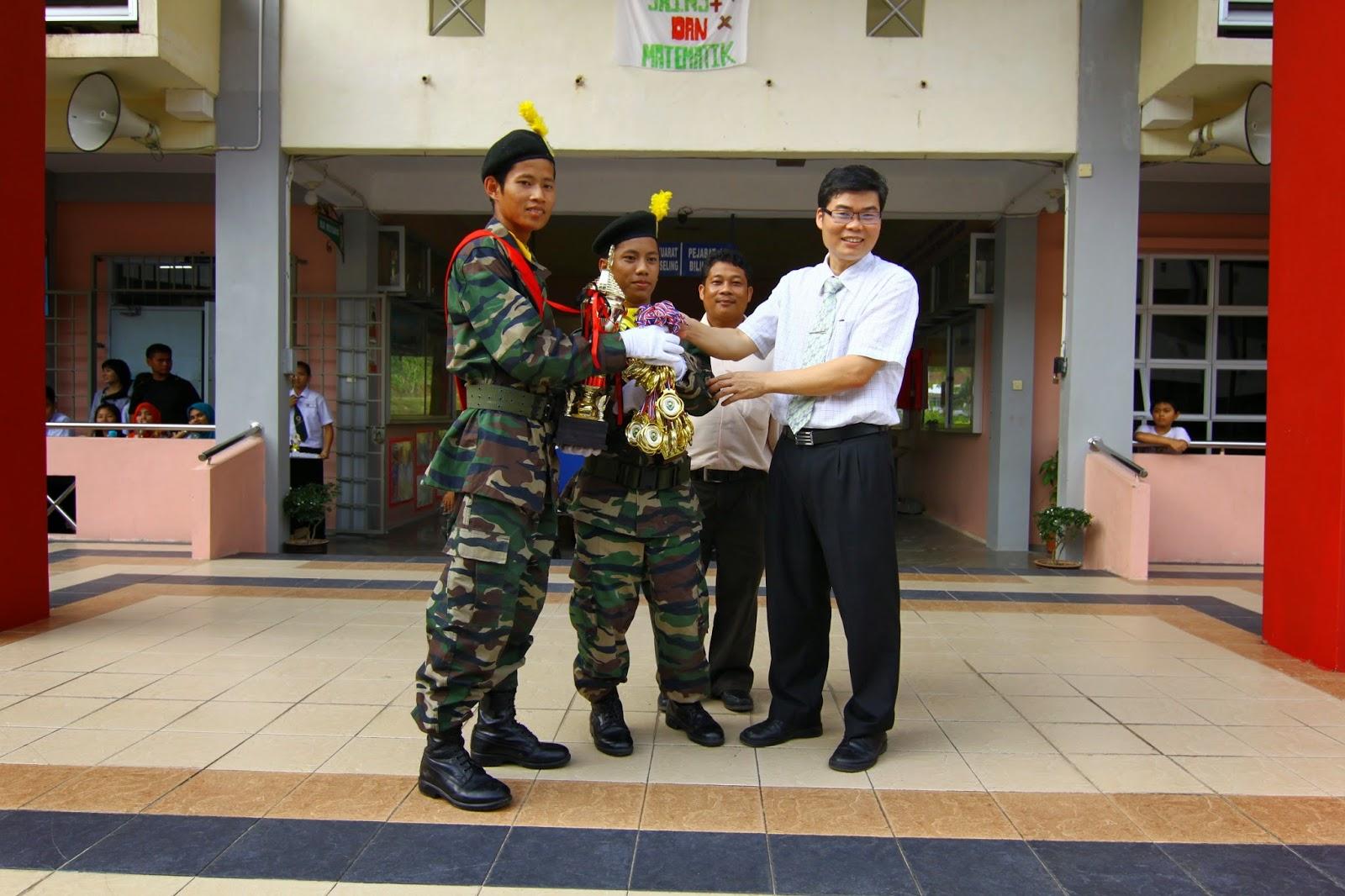 Penolong Kanan 1, Mr Lau Ngie Tung menyampaikan hadiah kepada pemenang Kawad Kaki PKBM