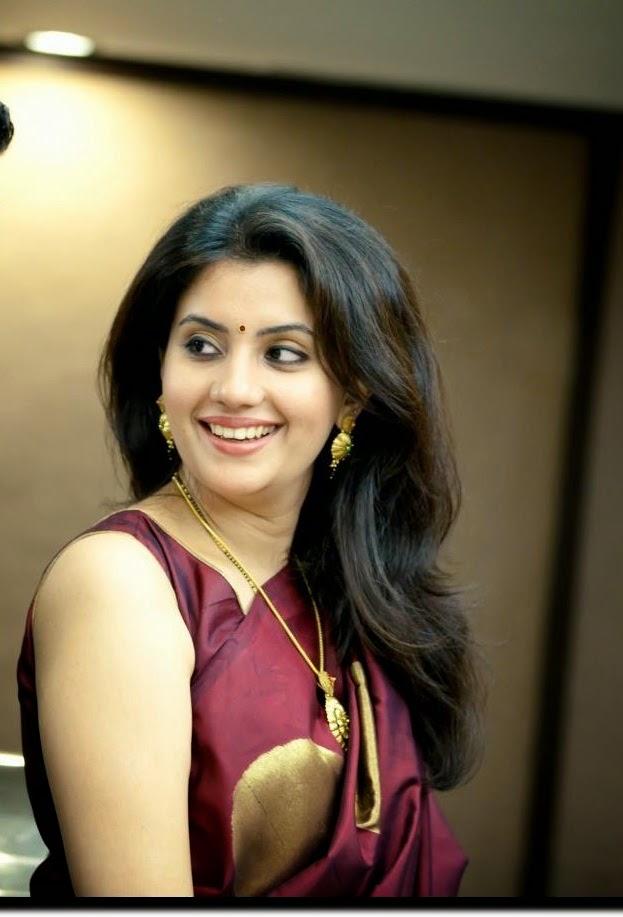Rich and sexy high class Mumbai aunty in saree halfsleeve blouse
