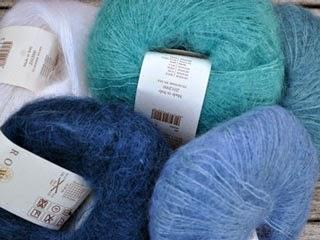 Blå farver i Kidsilk Haze som sælges hos Uldgården