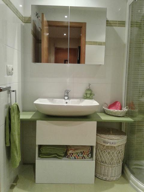 Un mueble para ba o en verde con best mi llave allen for Muebles para toallas