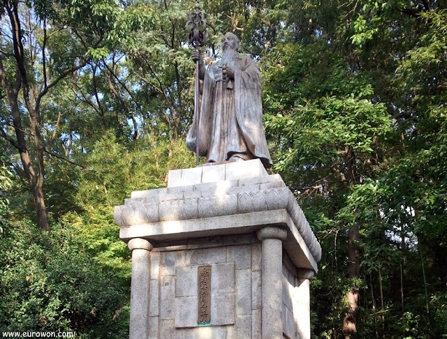 Estatua del monje guerrero coreano Yujeong Samyeong Daesa