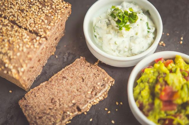 Brot ohne Weizenmehl mit Guacamole Rezept