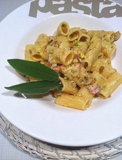 Rigatoni con pistachos y panceta