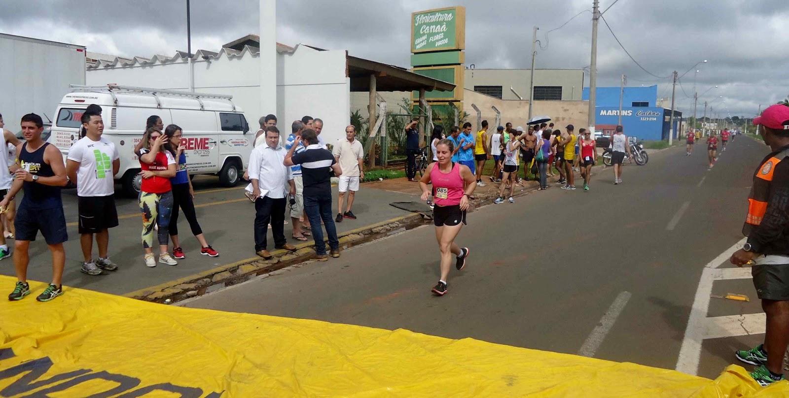 Foto 161 da 1ª Corrida Av. dos Coqueiros em Barretos-SP 14/04/2013 – Atletas cruzando a linha de chegada