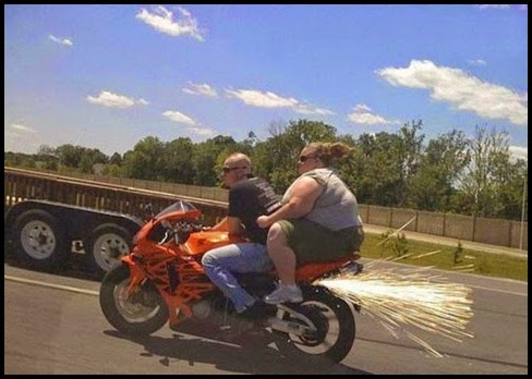 Mujer obesa en una moto.