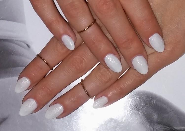 Białe paznokcie z bro...