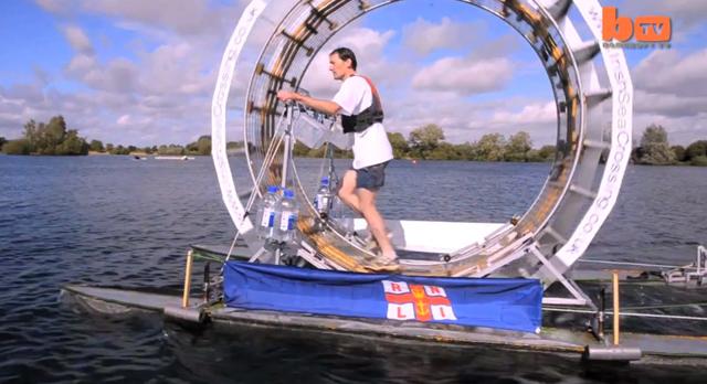 Homem cria roda gigante para andar sobre a água