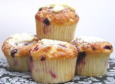Muffins mit Himbeeren und weisser Schokolade