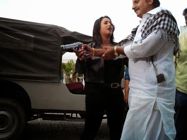 Rani chatterjee Action Seen Shooting of  Bhojpuri Movie Rani Ki Hukumat Wallpaper