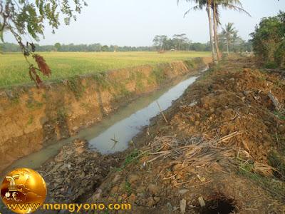 PJT II melakukan pengerukan sungai Cimacan