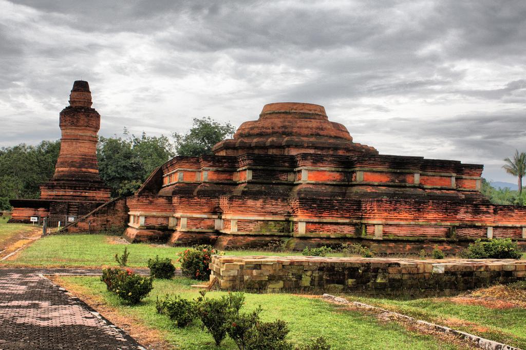 Situs Candi Muara Takus adalah sebuah situs candi Buddha yang terletak ...