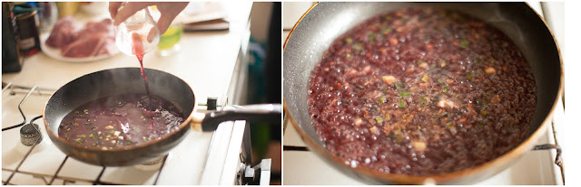 Добавляем  в соус вино и бульон