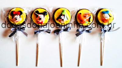 Pirulitos de chocolate decorados com carinhas do Mickey, Minie, Donald, Pateta e Pluto