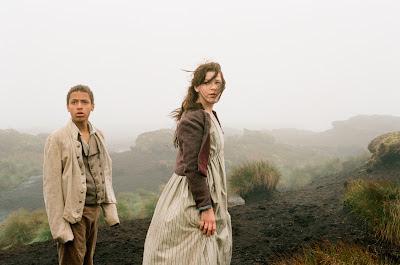 Shannon Beer y Solomon Glave en una escena de la película Cumbres borrascosas de Andrea Arnold