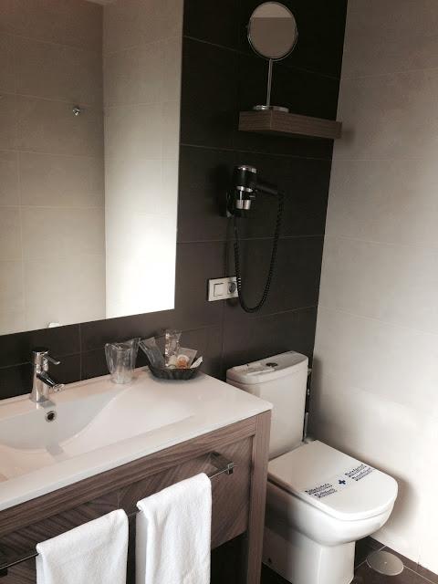 hotel_aroi_ponferrada_gisela_lopez_ordoñez_missdownpour_junior_suite_baño