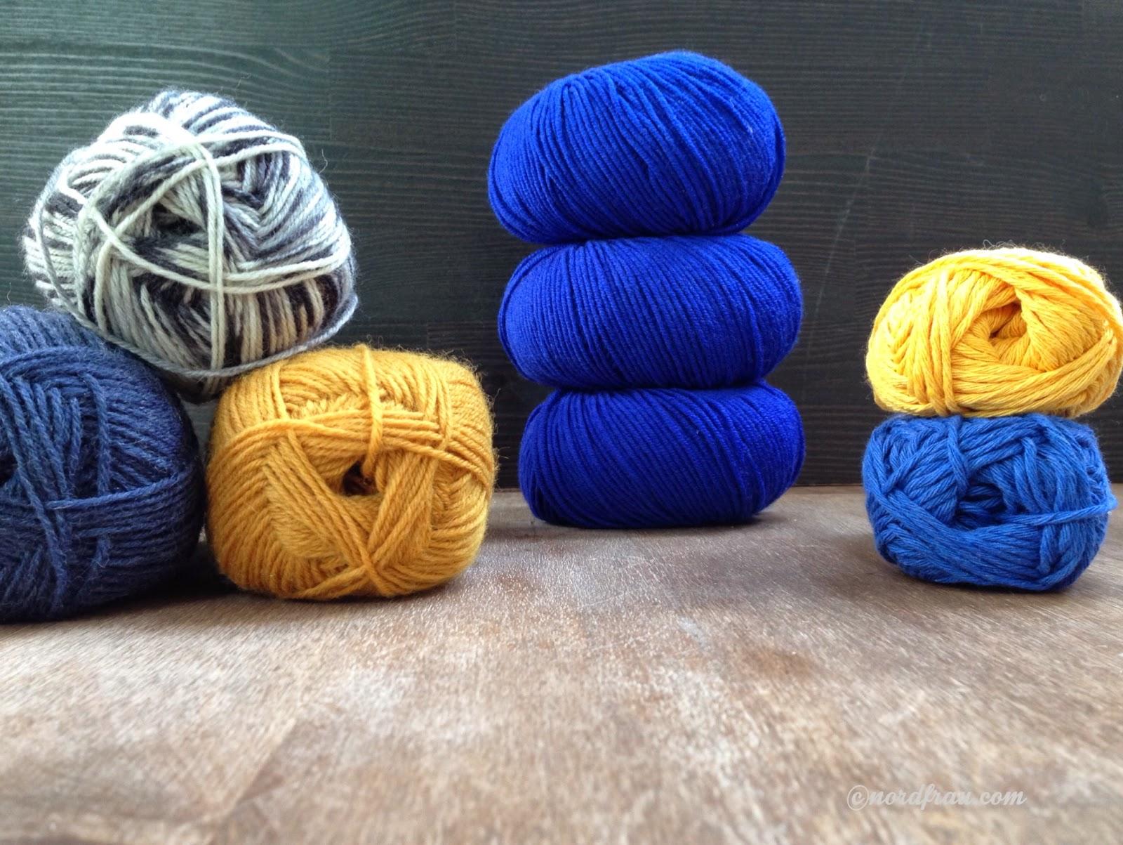 Wolle in blau, gelb, Salz und Pfeffer