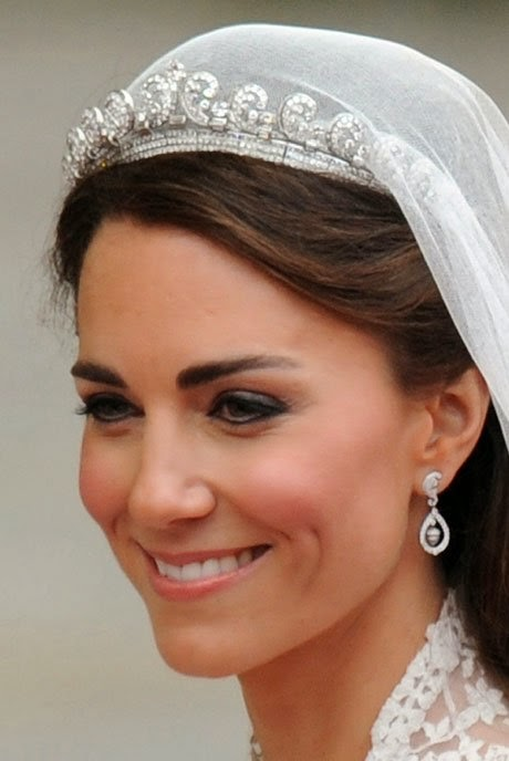 The Dress Had A Handmade Lace Applique Bodiceskirt And Veil Over Ivory Silk Tulle Catherine Wore Cartier Tiara With Her