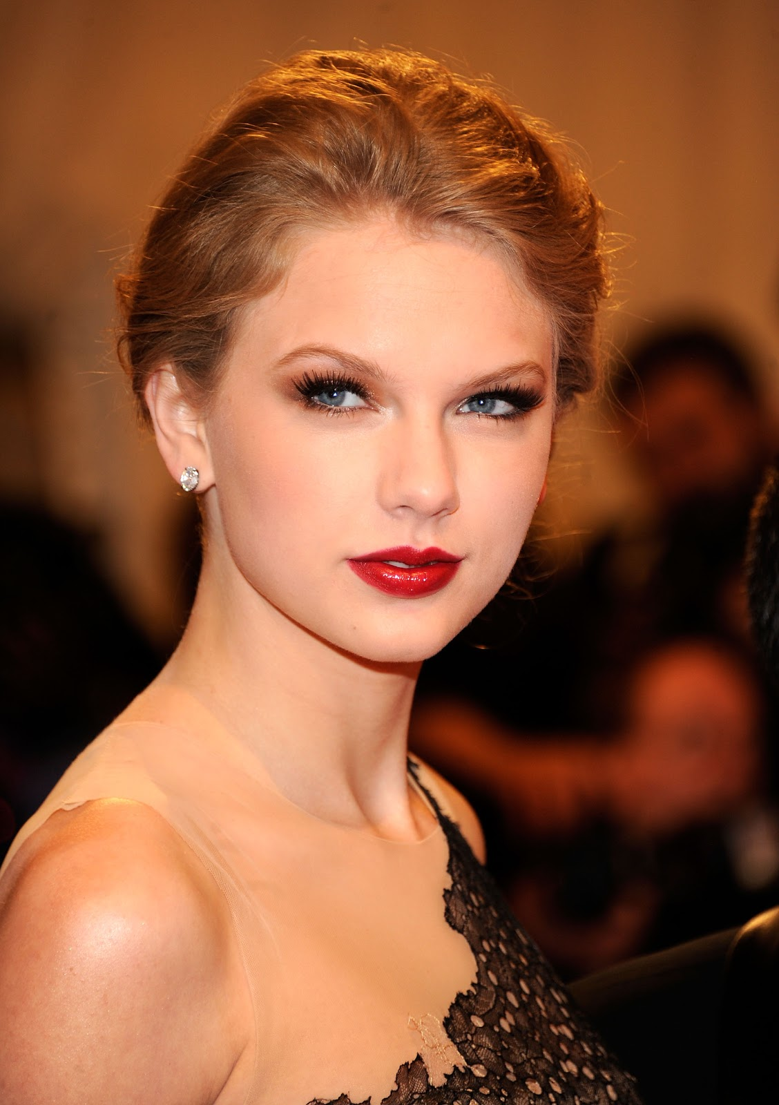 http://3.bp.blogspot.com/-pI-ZhhNFgcM/TdKJSp9eCRI/AAAAAAAAJpM/M07DYb7FK2k/s1600/Taylor+Swift+-+Alexander+McQueen+Savage+Beauty+Costume+Institute+Gala+%25281%2529.jpg