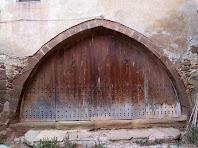 L'arc apuntat que dóna accés als estables del mas Bussanya