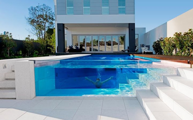 Piscinas con pared de vidrio o pared de cristal glass wall for Piscinas alargadas