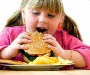 anak suka makan makanan ringan
