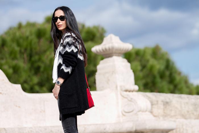 Blogger de moda Valencia con Chaqueta larga jacquard  negra gris y blanca de Zara y jeans de Mango