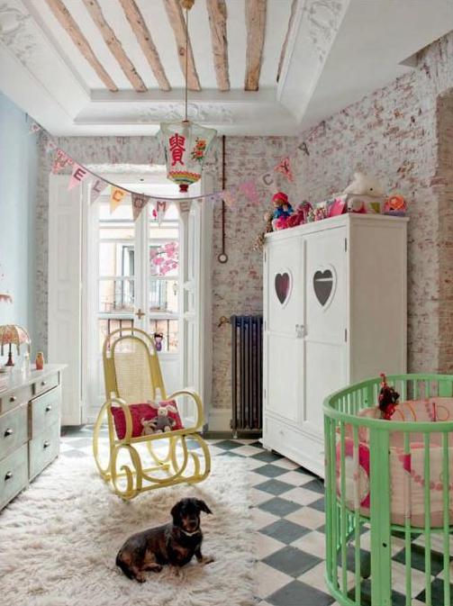 dormitorio infantil con pared obra vista