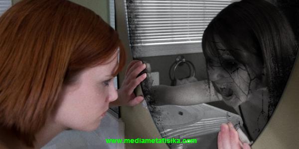 cermin, 1 dari  5 Benda yang Dipercaya Dapat Dihuni Makhluk Halus
