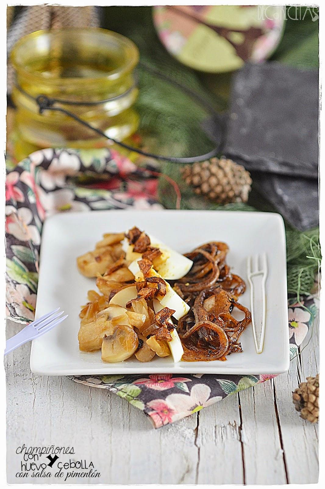 Champiñones con huevo y salsa de pimentón