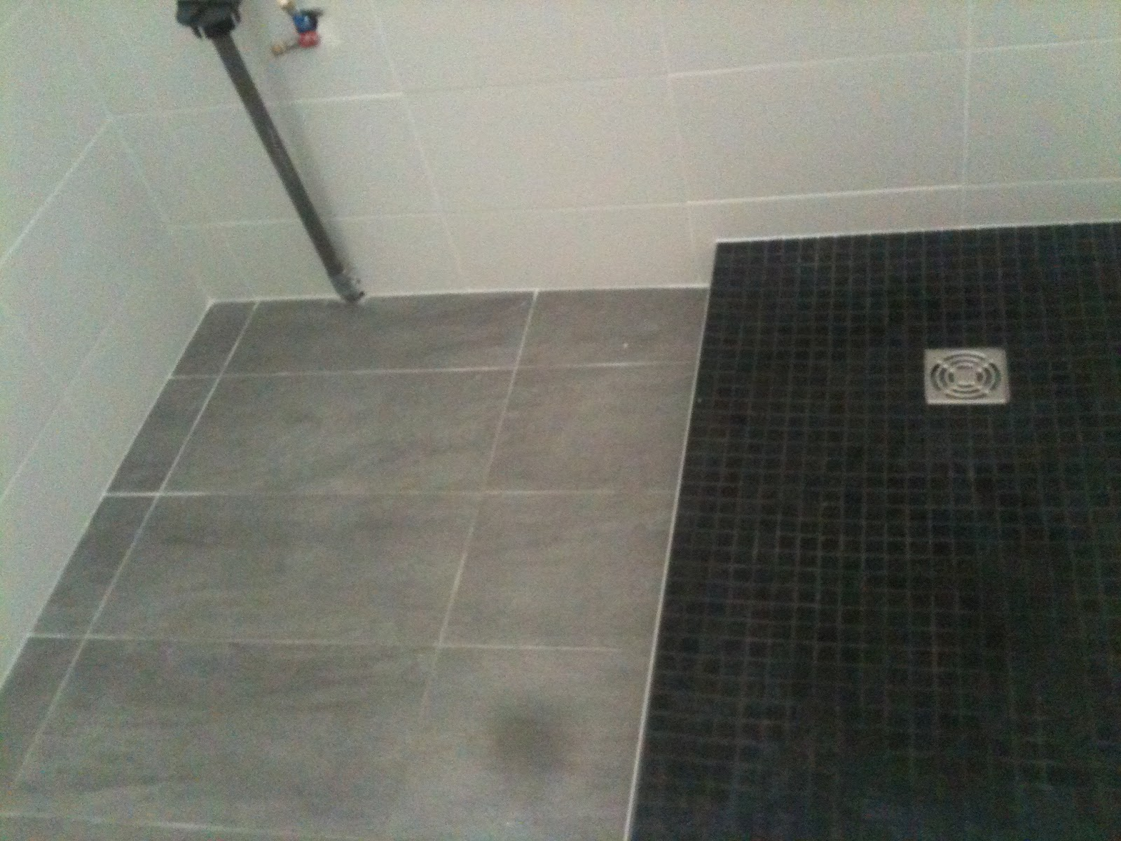 Salle de bain mosaique blanche for Fond de douche italienne