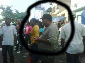 Hombres vestidos de civil y armados despojan a ciudadanos de sus celulares